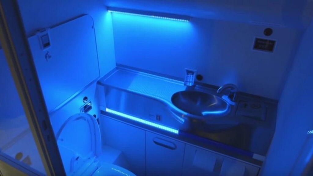 """När en passagerare lämnar toaletten """"tvättar"""" ultravioletta strålar hela utrymmet inklusive handfat och toalettsäte."""
