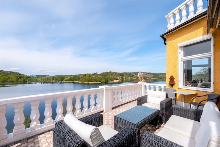 Från balkongen ser man ut över Tullinge strand.