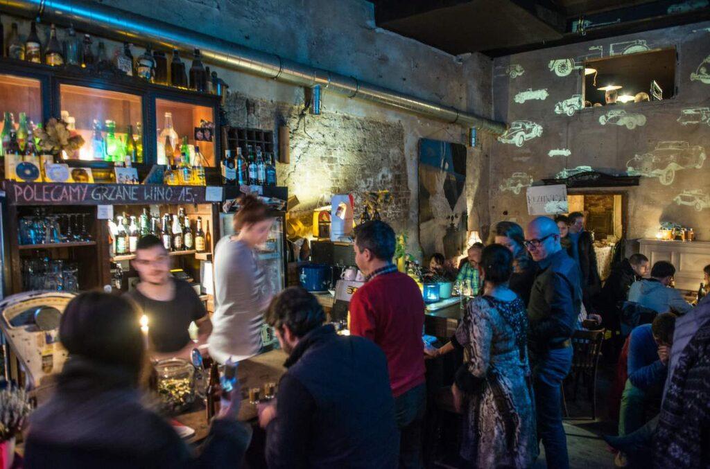 Sklad Butelek är en favorit bland klubbarna på heta bakgården vid Hostel fabryka. Mycket livemusik och schysta barer i cool miljö.