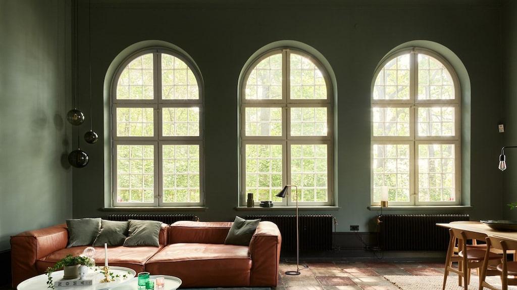 De många och stora kyrkfönstren ger härligt ljusinsläpp samtidigt som träden utanför skyddar mot insyn.