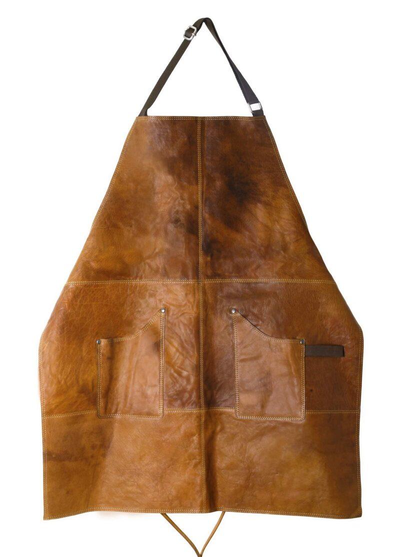 <p>Skinnförkläde i kraftigt buffelskinn med praktiska fickor och slitstarkt foder, 1 499 kronor, Cervera.</p>
