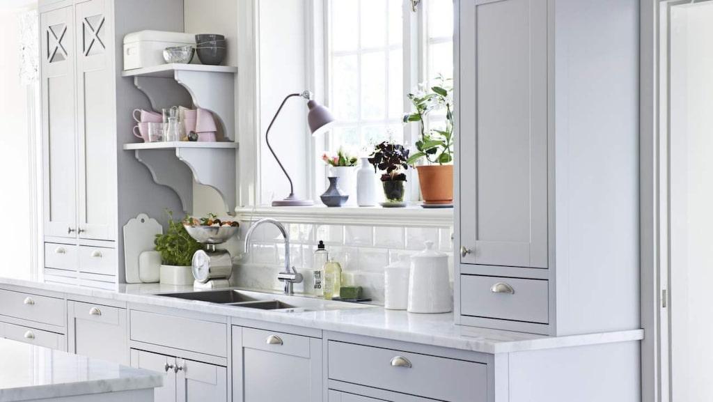 <p>Romantiskt lantligt. Köket heter Marbodal plus. Bänkskiva i Carraramarmor, knoppar och handtag, allt köpt genom Marbodal. Kakel, Centro. Kran, Mora armatur. Diskho, Nordic tech. Matta, Moas veranda.</p>