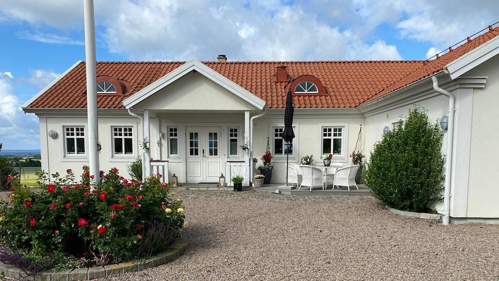 """Hasse Andersson var med och skissade på huset på Bjärehalvön. """"Det ligger i sutteräng, så vi fick gjuta upp hela underdelen. Uppifrån landsvägen ser det ut som en skånsk länga och nedifrån liknar det en miniherrgård."""""""
