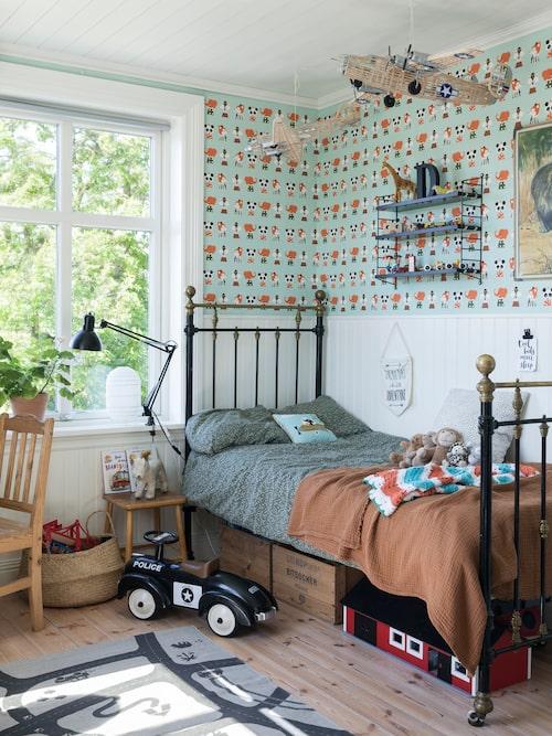 Didriks rum är en riktig pojkdröm med lekfull tapet i från Ferm Living. Den gamla järnsängen och bokhyllan är köpta på Blocket. Sängkläder, Garbo and Friends.