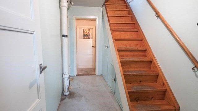 Trätrappa som leder upp till övervåningen.