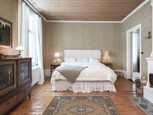 Sovrum med kakelugn som används för uppvärmning.