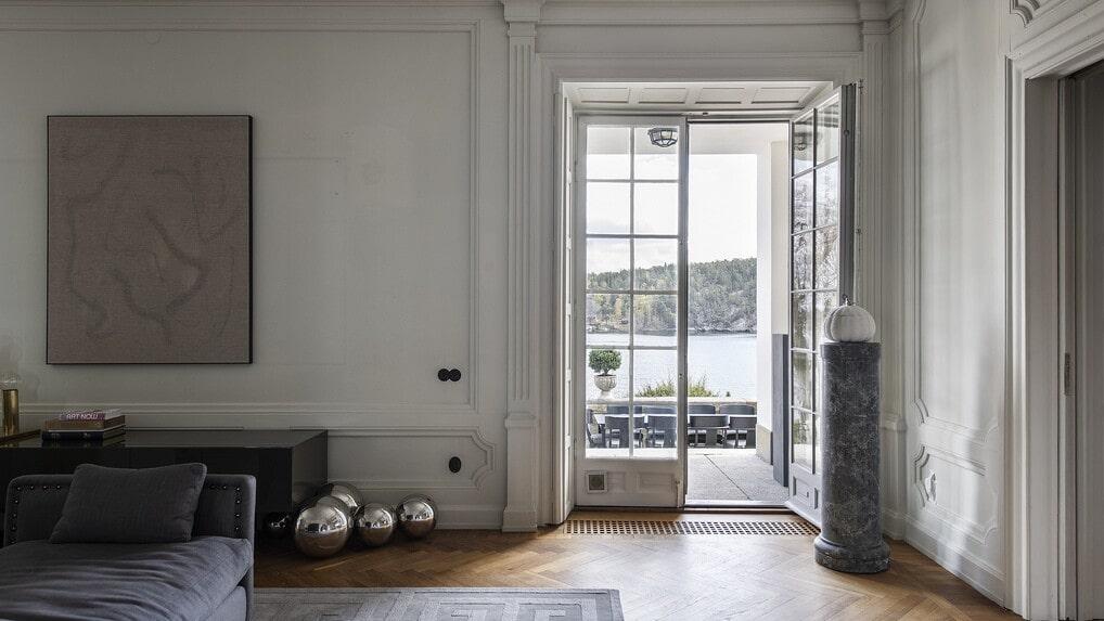 Vackra pardörrar i glas leder ut på terrassen. Vardagsrummet är Malins favoritrum.