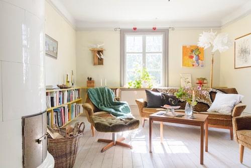 Med så vackra fönster behövs inga gardiner. Det mesta av familjens inredning består av loppisfynd.