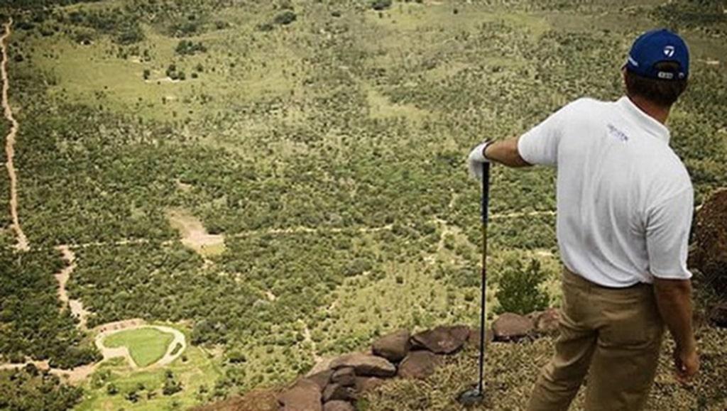 """Men om du inte är sugen på att slå ut från så hög höjd så kan du ge dig i kast med de två """"vanliga"""" golfbanorna som finns på anläggningen."""