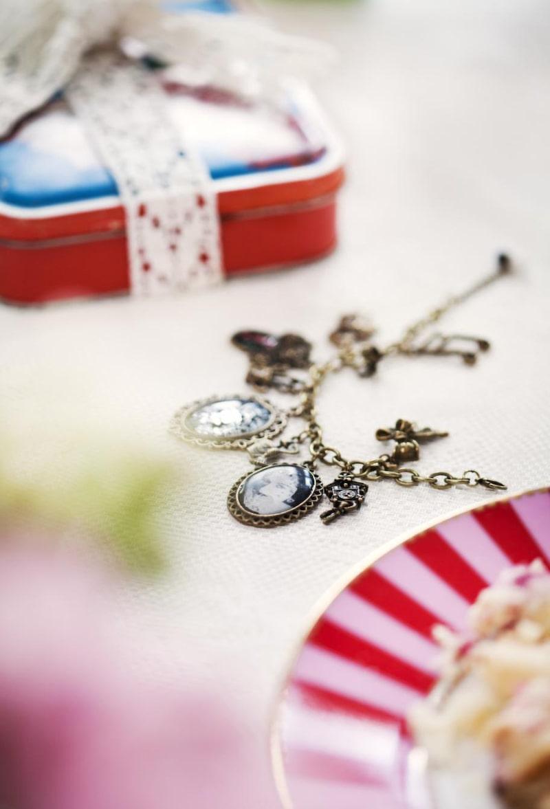 <strong>Smycke</strong><br>En present varje mamma vill ha. Smycke, 399 kronor, Pill jewelry. Assiette, 99 kronor, Syster lycklig. Plåtburk, 80 kronor, Röda korset.