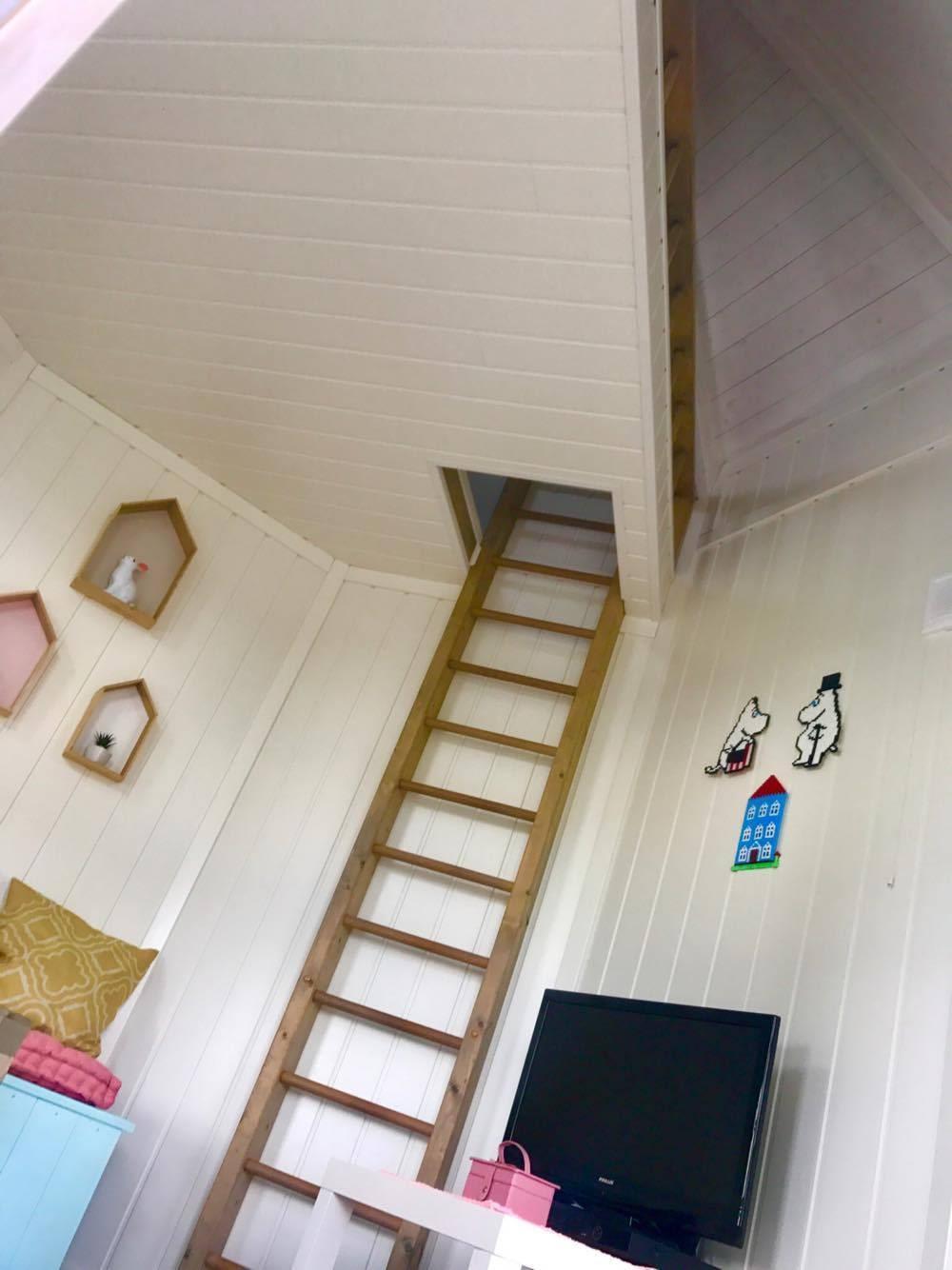 Trappstegen leder upp till loftet.