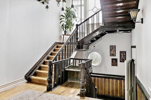Det pampiga trapphuset leder till samtliga tre våningsplan.