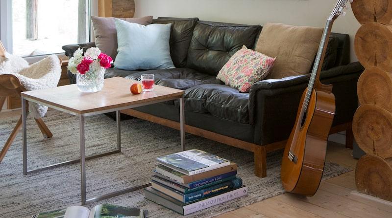 Skinnsoffan med fin patina fanns redan i huset när Anna och Ola övertog det. Soffbord, Stalands möbler.