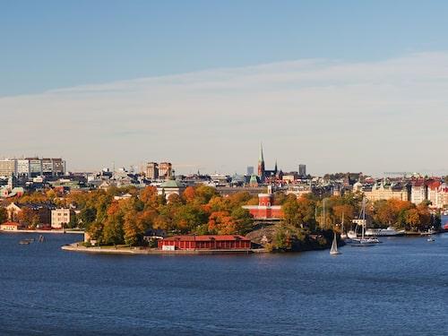 Här bor du som på en skärgårdsö, fast mitt inne i stan, med bedårande utsikt mot Skeppsbron och Södermalm.