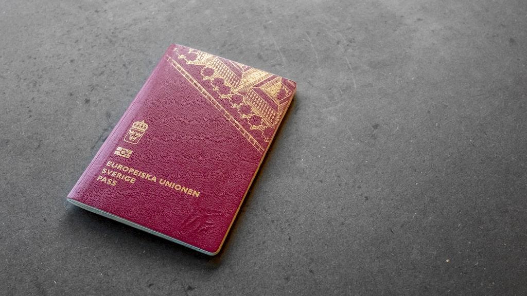 Svenskt pass räcker tills vidare.