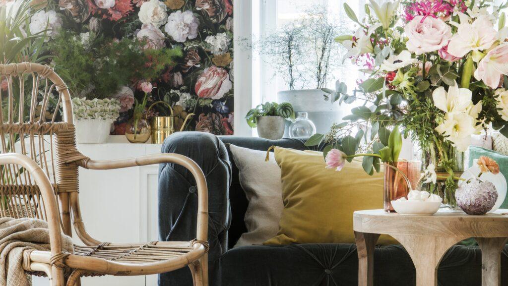 <p>Mässing i både inredningsdetaljer och på möbler är fint till den romantiska stilen. Textiler i siden och sammet i nyanser av mossgrönt och lejongult ger en<br>ombonad känsla ihop med en storblommig tapet.<br></p>