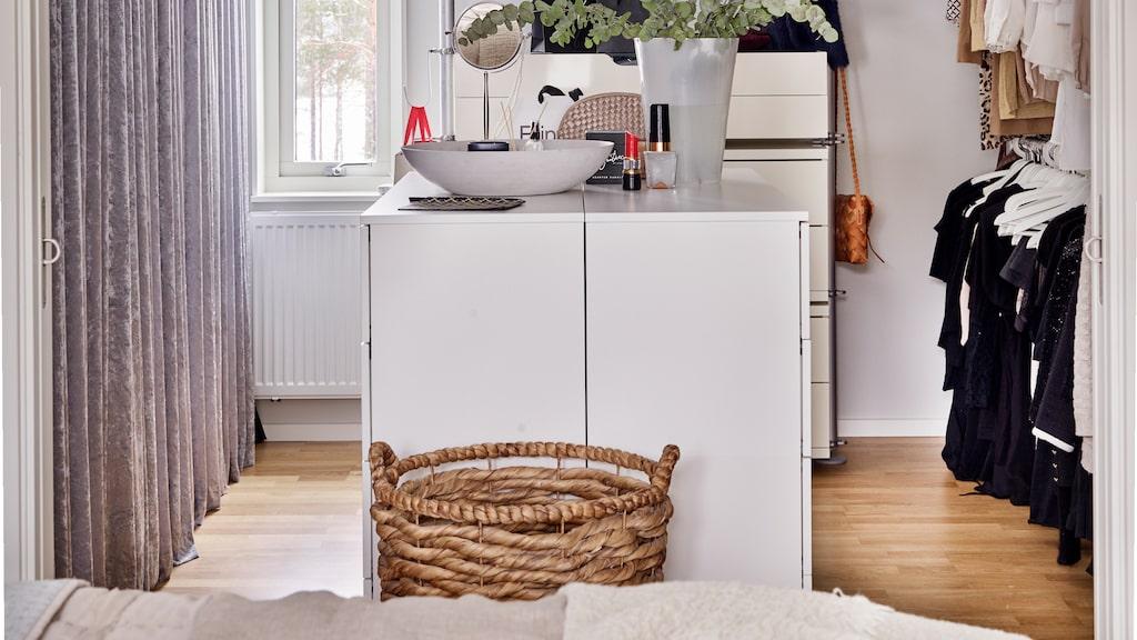 Innanför sovrummet finns en härlig walk-in closet med garderobsinredning från Ikea. Glaskonst från Åsa Jungnelius. Doftpinnar och doftljus från Himla.