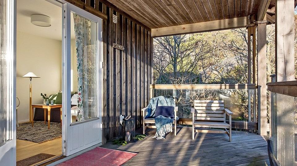 Annexets terrass är perfekt för lässtunden på kvällen.