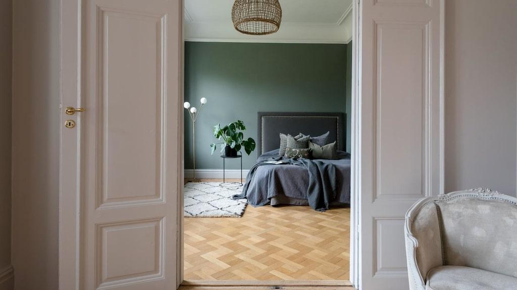 Dubbeldörrar in till ett av husets sovrum.
