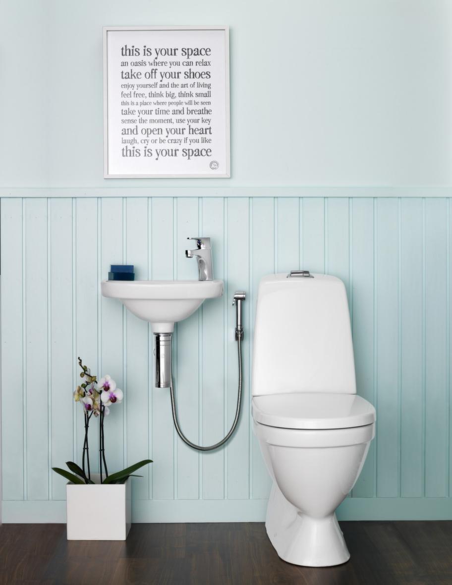"""<span style=""""text-decoration: underline;"""">Nautic, Gustavsberg - Vackert &amp; tyst</span><br>Nautic är Gustavsbergs bredaste produktfamilj för ett hygieniskt, vackert och tyst badrum. Blandarna har funktioner för att göra användandet vattenbesparande och miljövänligt.<br>Pris: WC 5500, 3 000 kronor, tvättställ 5540, 1 000 kronor, kromat metallvattenlås, 1 000 kronor, tvättställsblandare med förkromad handdusch, 2 000 kronor."""