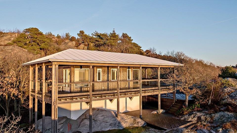 Annexet, som är ett gästhus, är på 80 kvadratmeter och har två rum, pentry, badrum och stort förråd. Även här finns en stor solterrass med fantastisk havsutsikt.