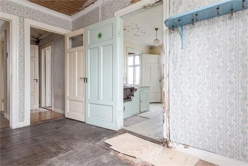 På varje våningsplan finns i dag två tvårumslägenheter med vedspis i köken och kakelugn i alla rum.