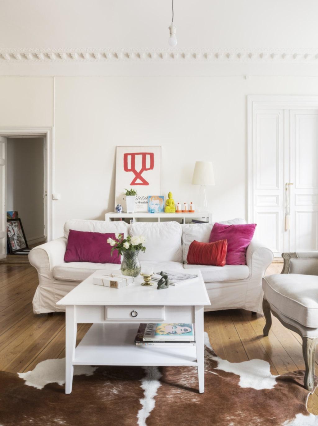 Färgklickar. Vardagsrummet har en härlig rymd och hela rummet badar i ljus. Soffbordet är köpt på Blocket och ommålat i vitt. Tavlan är ursprungligen ett print från en utställning i Zagreb och minner om Tinas kroatiska påbrå.