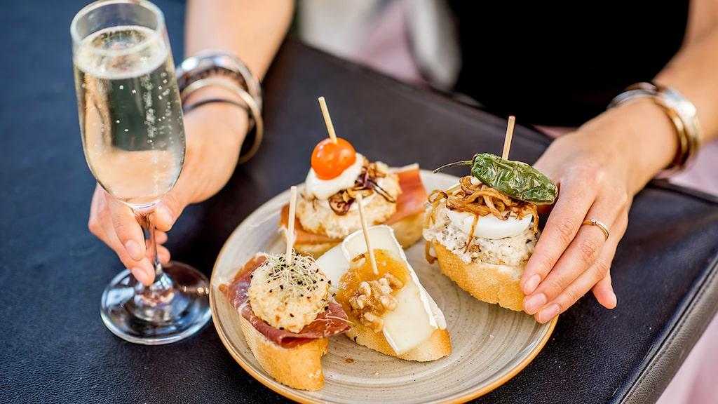 Njut av spanskt bubbel till goda tapas. Här får du tips på goda viner från bland annat Spanien.