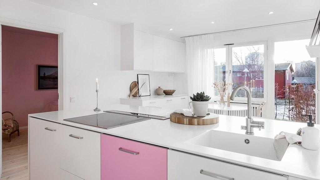Jessica Frej har valt att omlackera vissa luckor för att få in mer färg i köket.