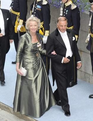 9d2af1edf85f Hovets presschef Nina Eldh på väg in i kyrkan emd maken Jan.
