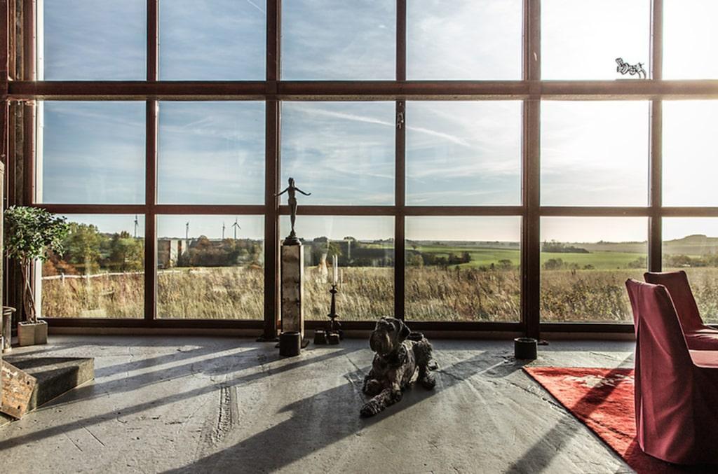Här har man en milsvid utsikt över Skånes vackra landskap med böljande ängar och åkrar.