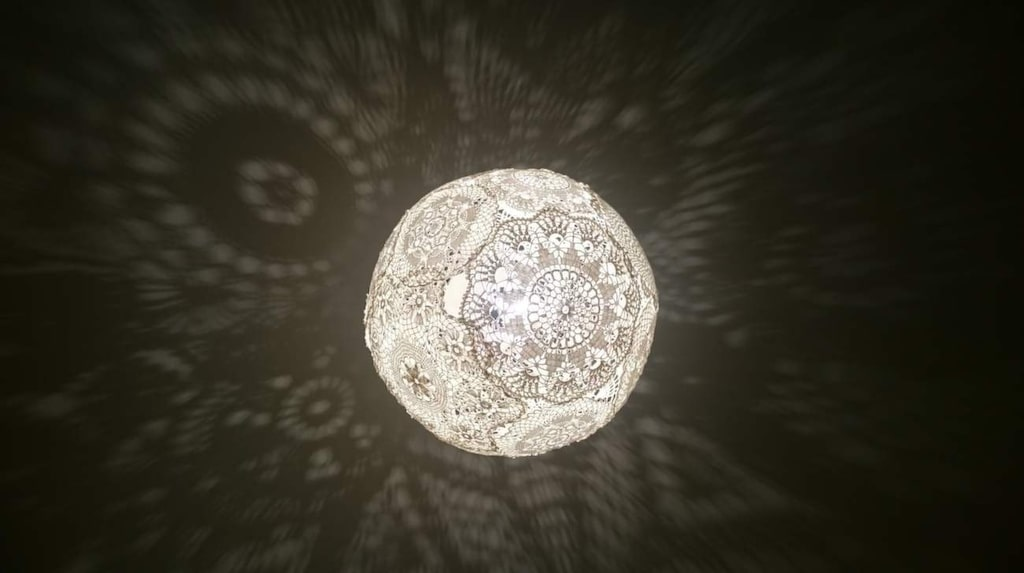 <p>Klart! De virkade dukarna skapar ett vackert skuggspel när lampan är tänd. </p>