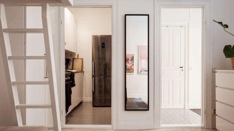 Lägenheten/huset bjuder dessutom på det lilla extra i form av generös takhöjd, ett stort fönster som släpper in gott om ljus samt vackra vitpigmenterade brädgolv i original. Lister och dörrhandtag är bevarade från byggåret 1889.