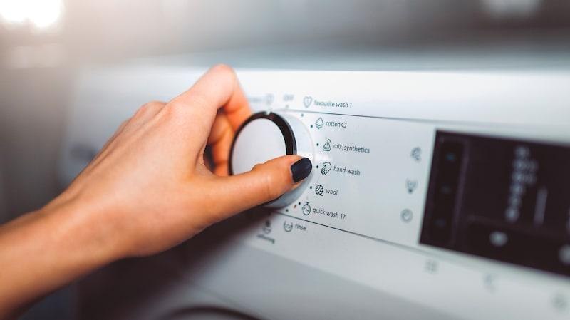 För mycket tvättmedel påverkar dessutom ekonomin och miljön.