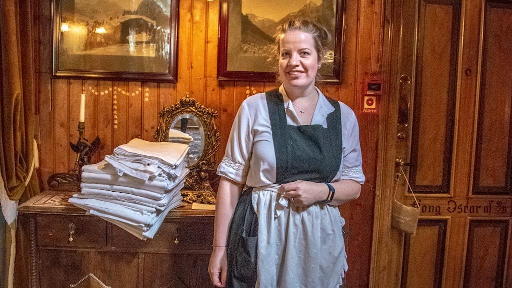 På anrika Hotel Union Øye som byggdes 1891 och som gästats av kungligheter och äventyrare, är personalen klädd i tidstypiska kläder.