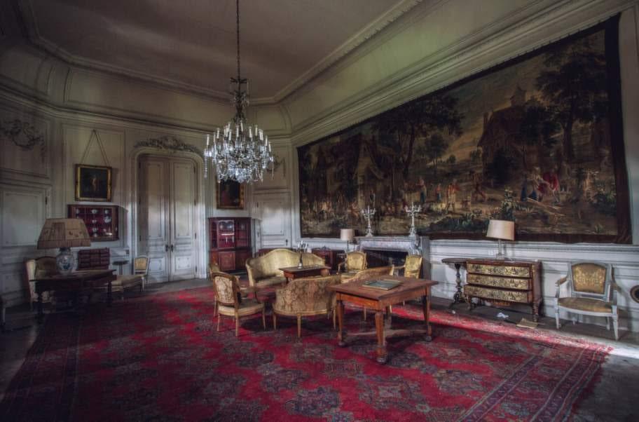 Det här fortfarande fullt möblerade slottet i Belgien är bara en av mer än 300 övergivna byggnader och platser som Ernest Sébastien förevigat med sin kamera.