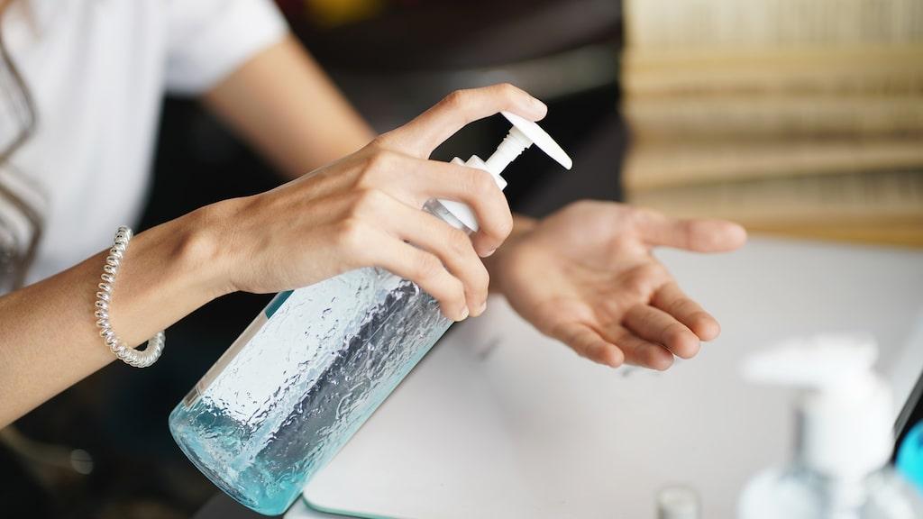 Använd alltid tvål och vatten i första hand. Om du inte har tillgång till detta är handsprit ett alternativ. Men se till att händerna är torra när du använder den.