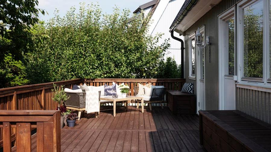 Mysig terrass i direkt anslutning till köket.
