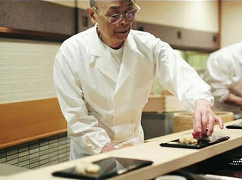 Familjen såg en filmdokumentär om Tokyokrogen Sukiyabashi Jiro och dess perfektionistiske chefskock.