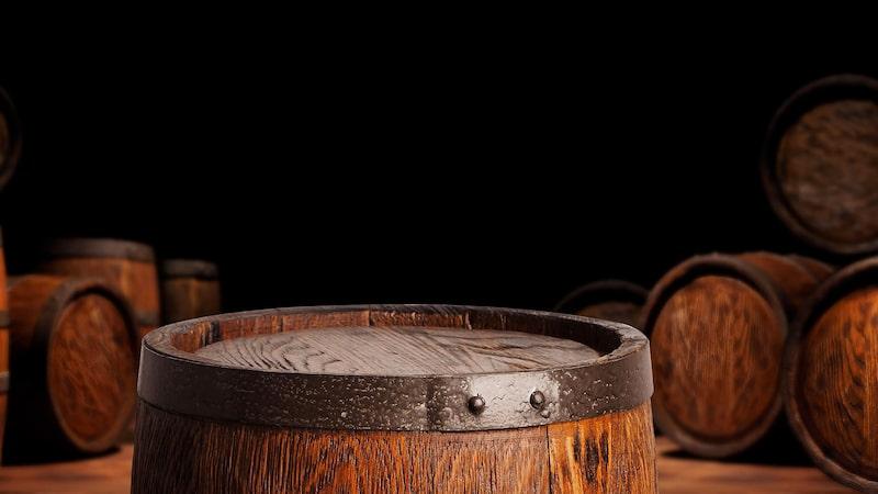 Rom enligt den brittiska skolan lagras ofta på begagnade bourbon-fat.