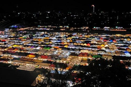 Ratchada Rot Fai Train Market har blivit en av Bangkoks mest populära nattmarknader.