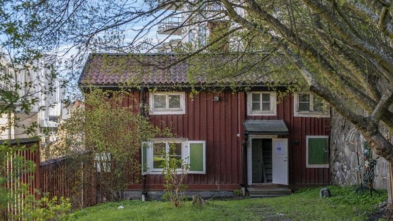 Till huset hör en tomt på 313 kvadratmeter.