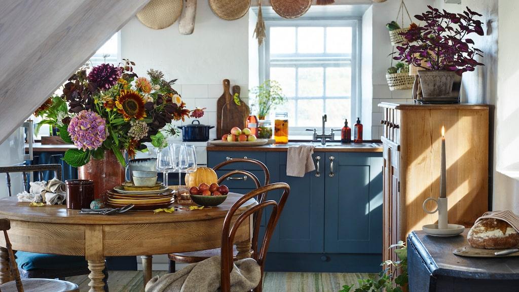 Ett riktigt höstkök i blått och med olika träslag skapar en mysig, ombonad känsla.