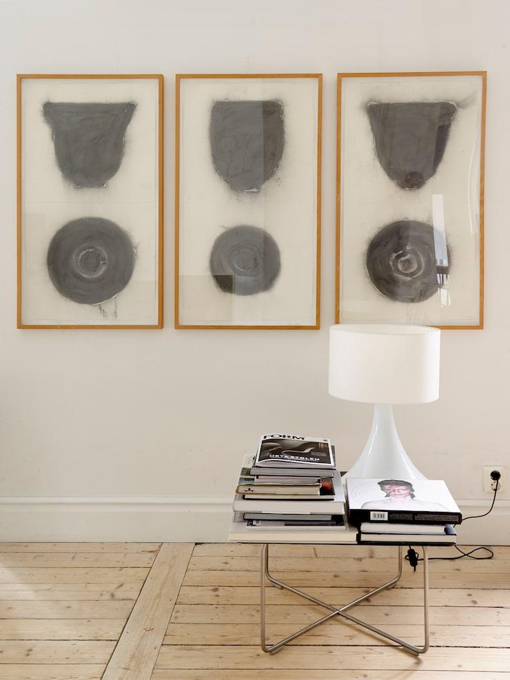 Tavlorna är verk av Davids konstnärsvän Peter Hahne. Bordet är designat av den engelska formgivaren Jasper Morrison.