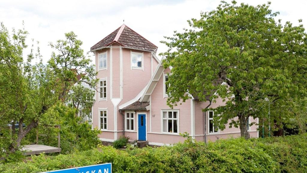 Det rosa Pippi Långstrump-huset med tornrum kan bli ditt. Villan från 1910 är en av de mest klickade på Hemnet just nu.