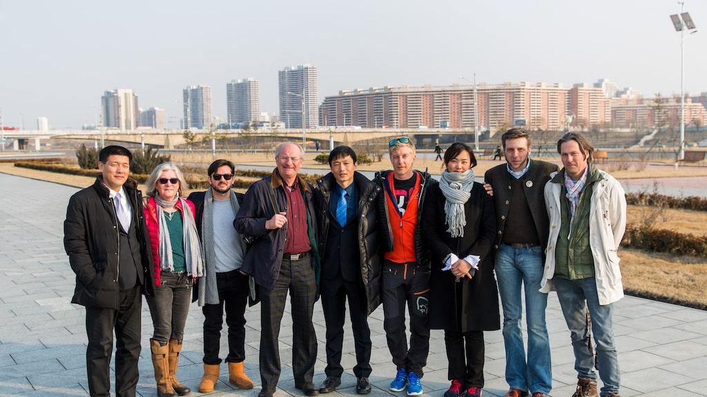 Den svenska alpindelegationen med lokalguiderna Lee, Kim och Kim i Pyongyang.