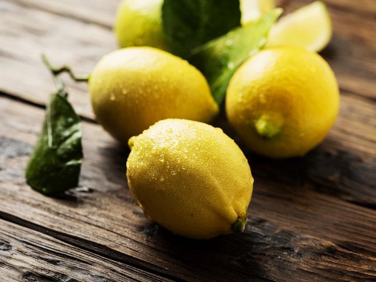 Sockerlag smaksatt med citron ger härlig syrlighet i drinken.