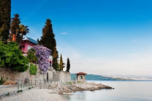 I Opatija finns ingen strand, badar gör man från badstegar rakt ner i det kristallklara vattnet.