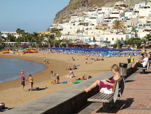Playa de Mogán ligger i en palmkantad och skyddad vik.