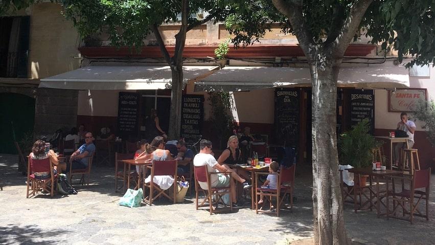 Undangömda Café Santa Fe ligger på torget med samma namn.